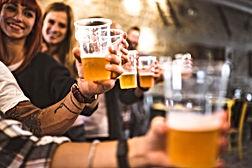 Vrienden die bier drinken