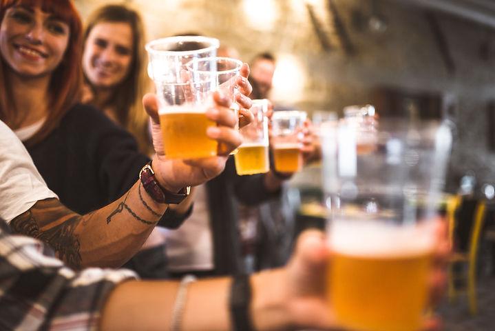 Amis, boire de la bière