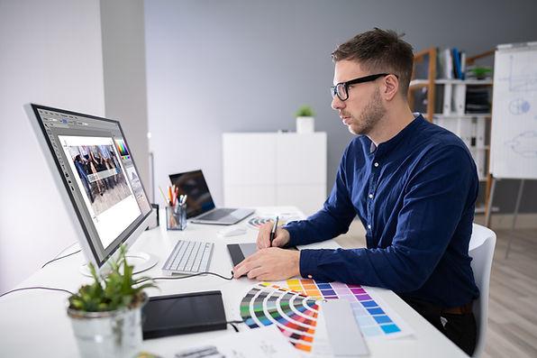 Graphiste travaillant sur un ordinateur