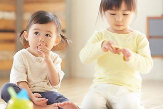 おやつを食べる子供