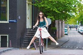 Vrouw fiets Amsterdam