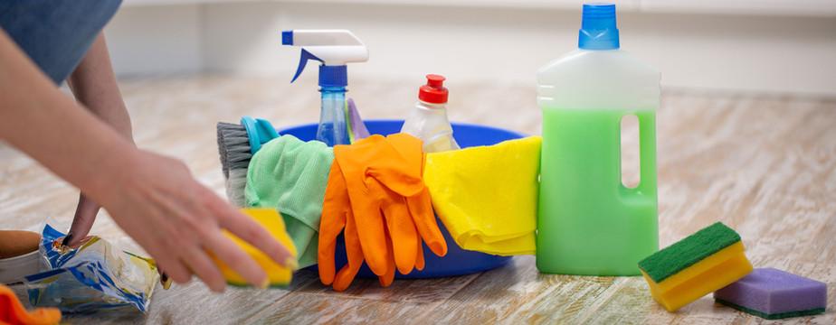 Femme, nettoyage, fournitures
