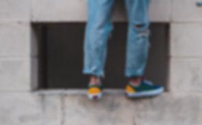Sneakers e jeans strappati
