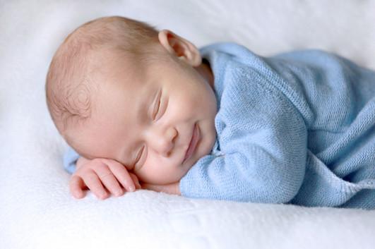 Bébé qui sourit en dormant