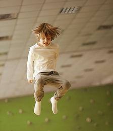 Niño pequeño saltando