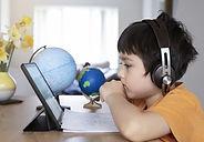 Der Hörtest bei Kindern und Jugendlichen sowie die Beratung für die Wahl der Hörgeräte unterscheiden sich teilweise deutlich von denen für erwachsene Personen.  In der Schweiz ist es für Kinder und Jugendliche bis zum 18. Lebensjahr vorgeschrieben, die Hörgeräteanpassung bei einem vom Bundesamt für Sozialversicherungen anerkannten Pädakustiker vornehmen zu lassen.
