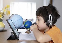 Niño estudiando con tableta