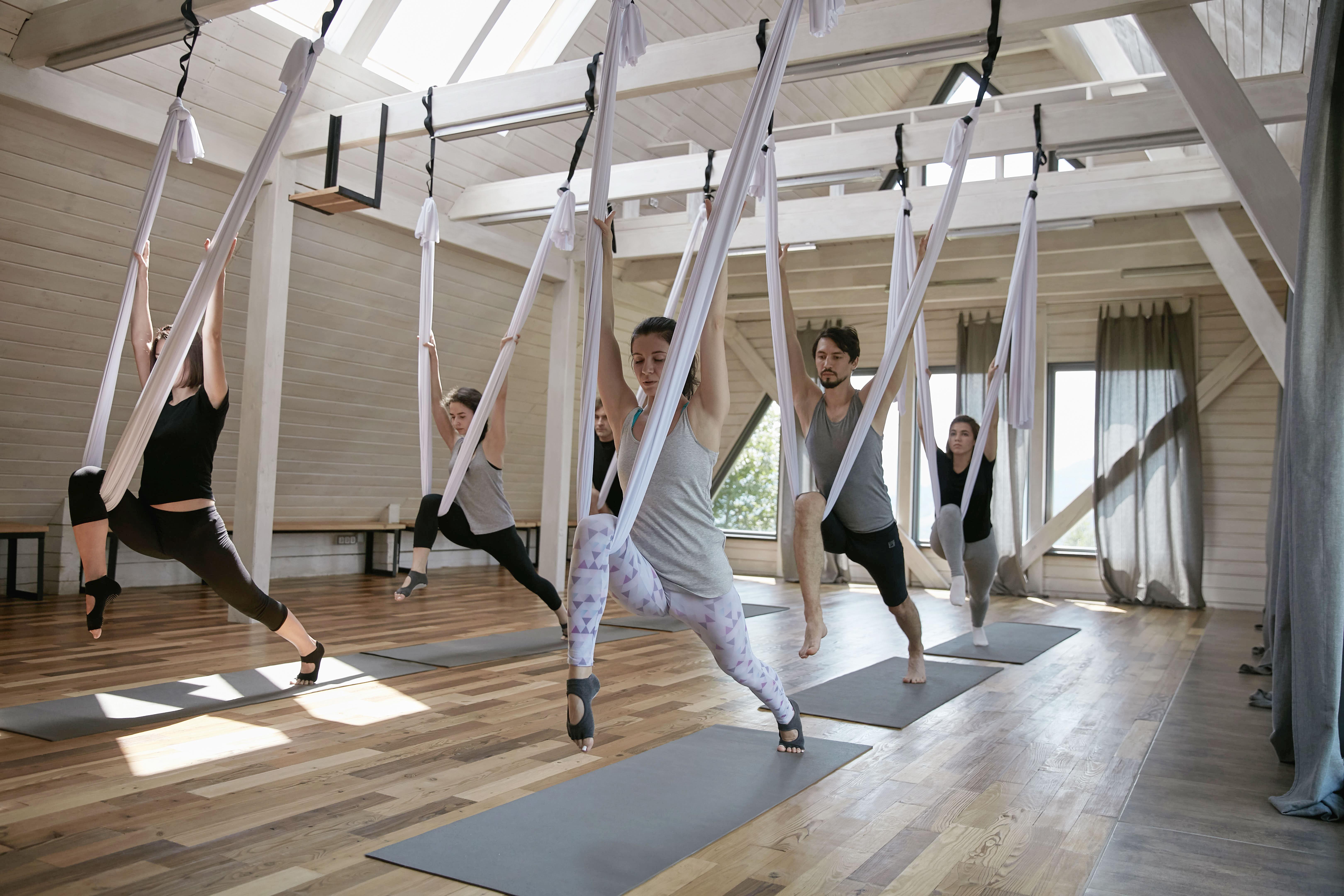 Clase de yoga voladora