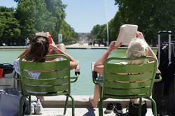 Pause lecture dans un parc