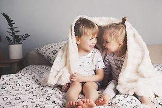 Bambini con coperta