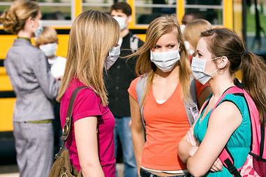 マスクを持つ10代の少女