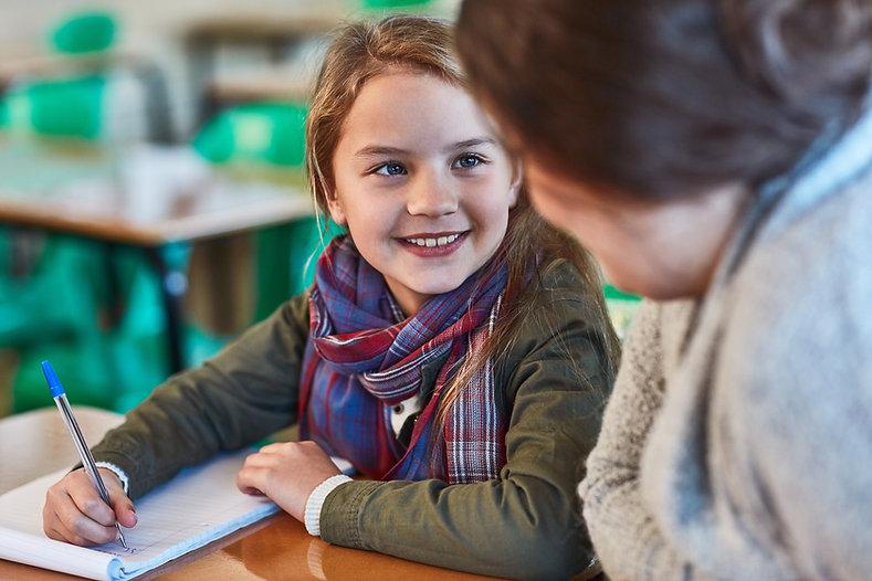Mädchen und Lehrerin