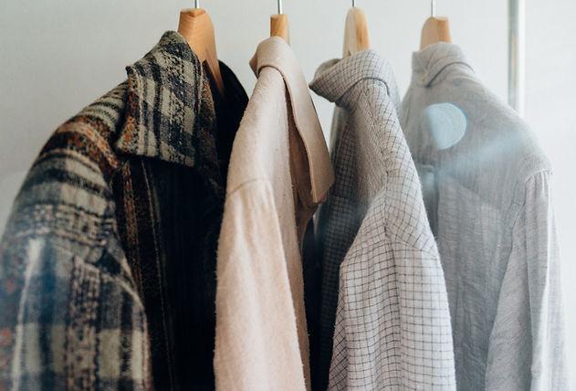 Camicie e cappotto da uomo su rack