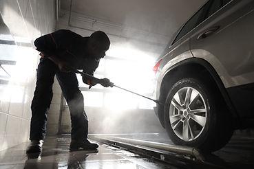Man rengöring bil