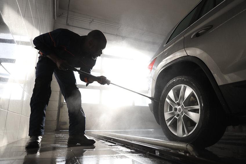 車を掃除する男
