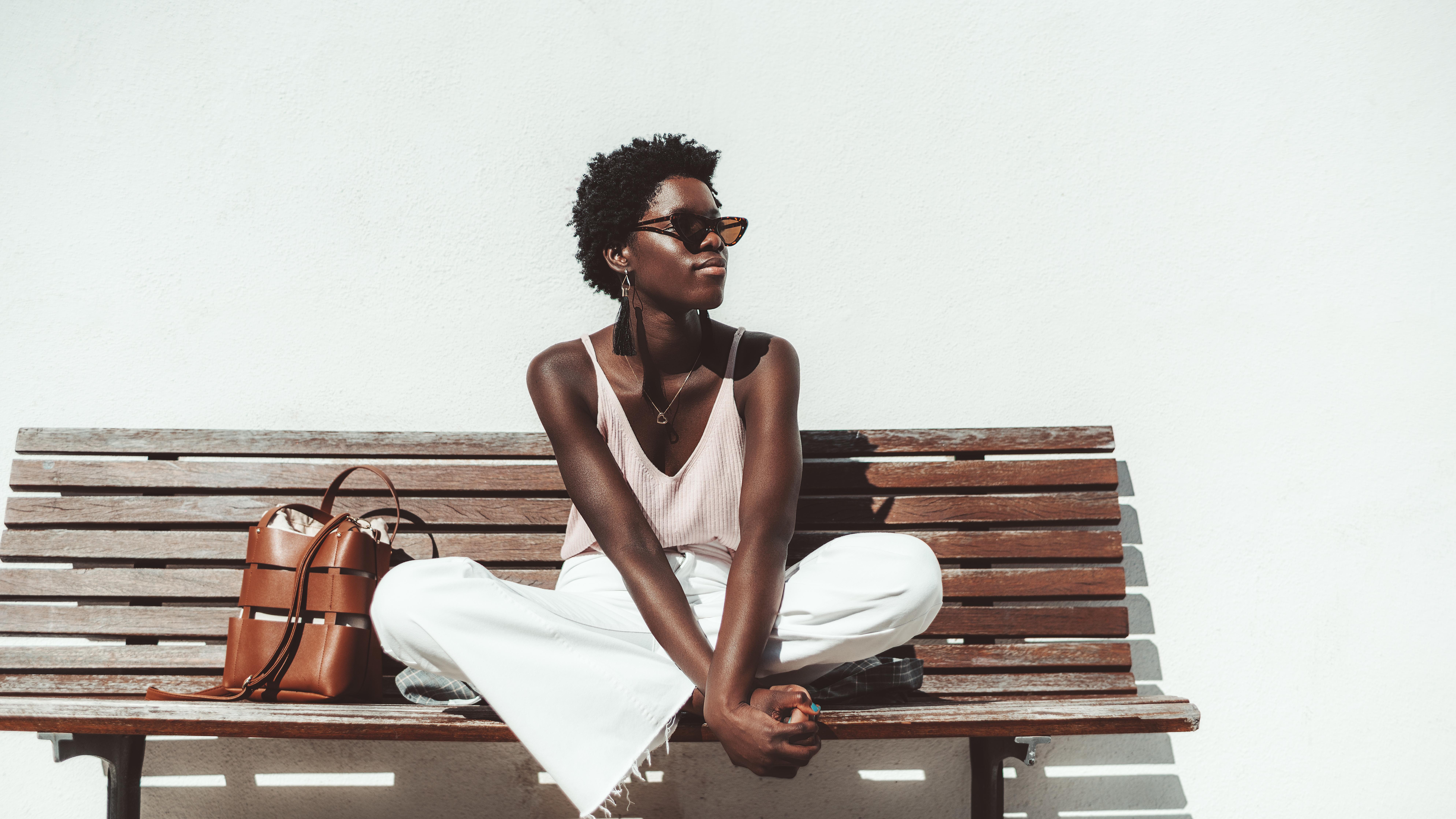 Mulher sentada no banco