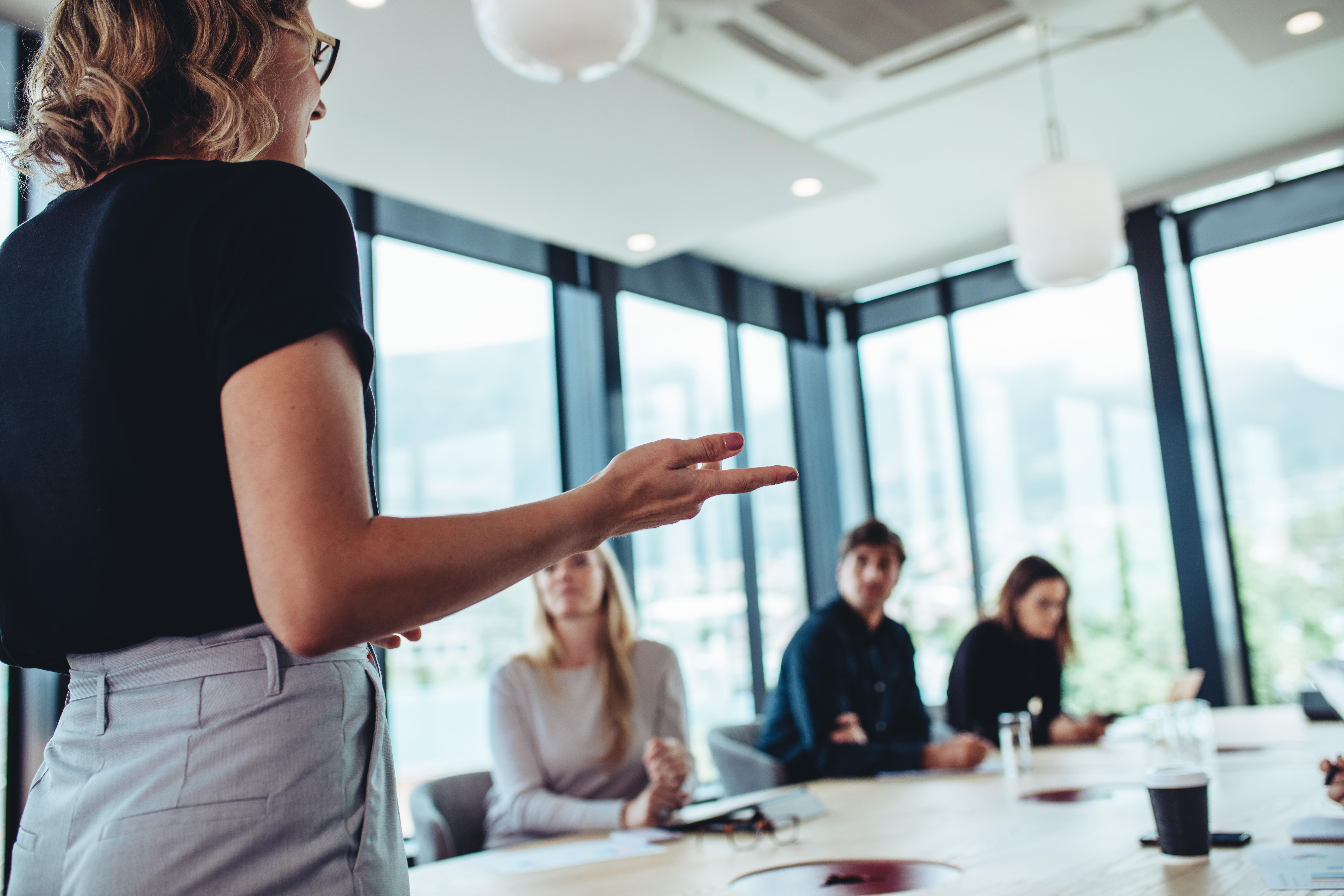Oser prendre la parole en public, sortir de ses émotions négatives et gagner en assertivité