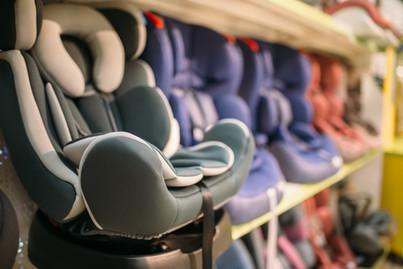 Baby autostoeltjes in een winkel