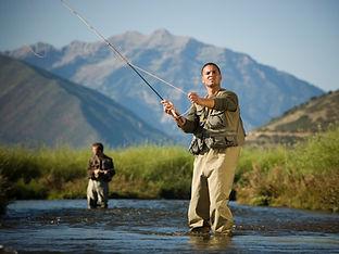 Deux hommes pêchant dans la rivière