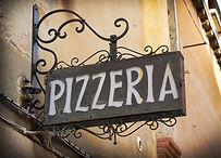Вывеска Pizzeria на итальянском языке