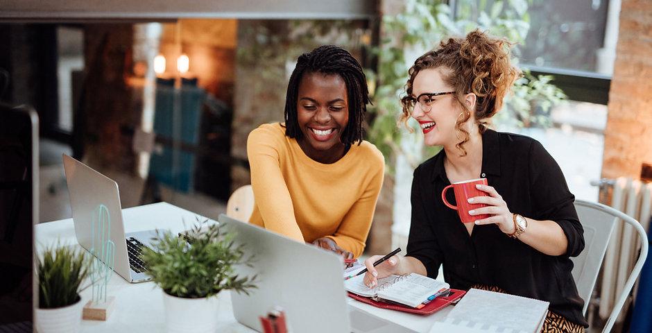 Jeunes femmes d'affaires