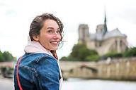 Jeune femme souriant face à la Seine