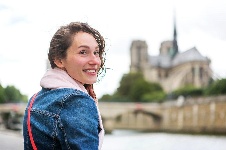 Ung smilende kvinne
