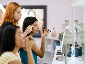 Aplicando maquillaje