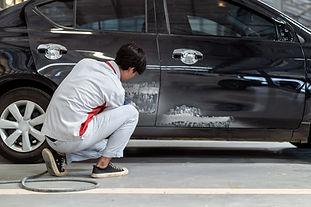 Ein Auto polieren