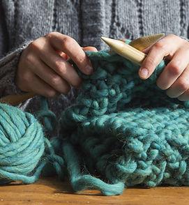 Donna che lavora a maglia