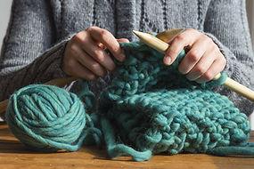 Femme tricotant