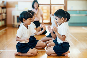 手遊びをする子供たち