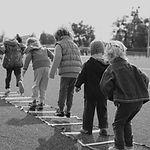 Kinder spielen im Freien