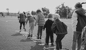 Enfants jouant en plein air
