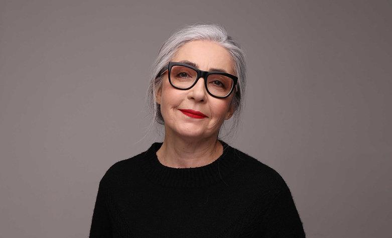 眼鏡の年配の女性