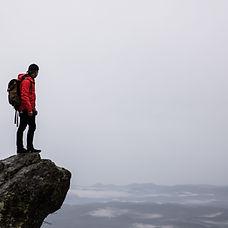 崖に立つハイカー