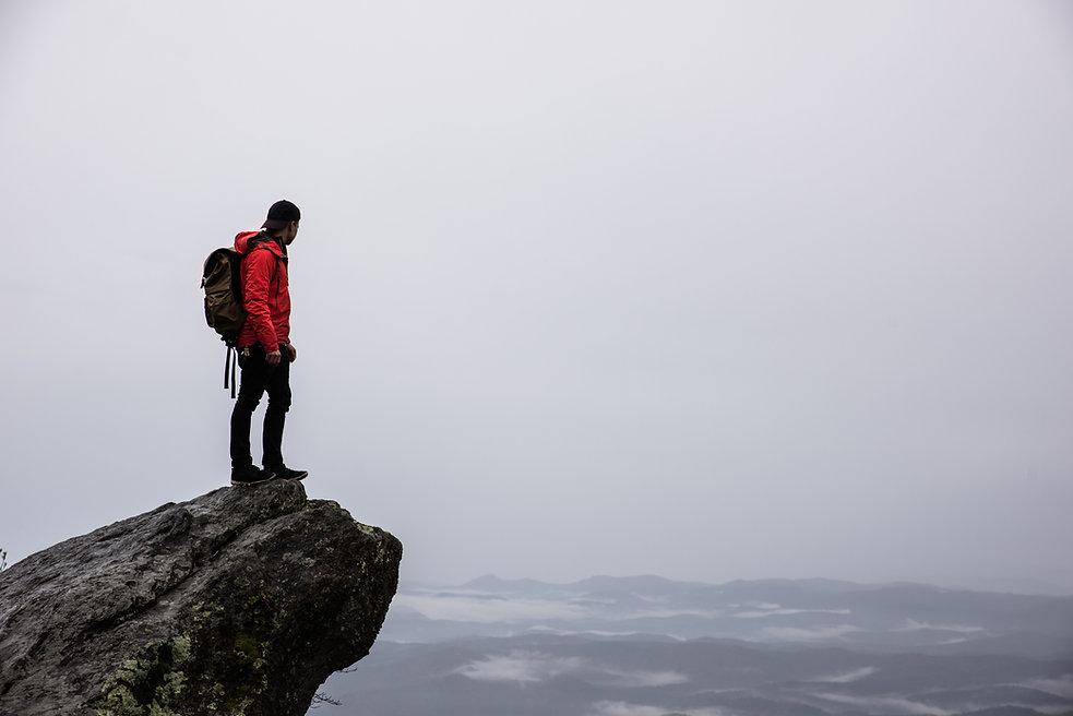 Caminante del acantilado de montaña