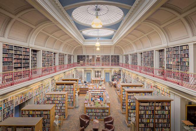 Oberes Stockwerk einer Bibliothek mit vielen Büchern