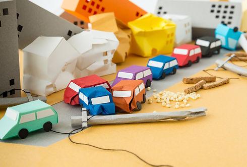 崩れた建物や車の模型
