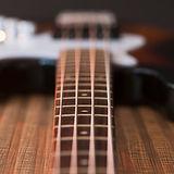 Vue rapprochée des cordes de guitare bas