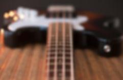 Nærbilde av bassgitarstrenger
