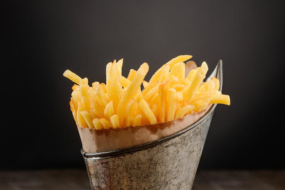 Patatine fritte in un cestino