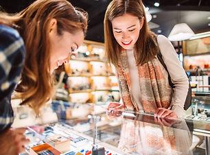 Frauen, die Waren betrachten