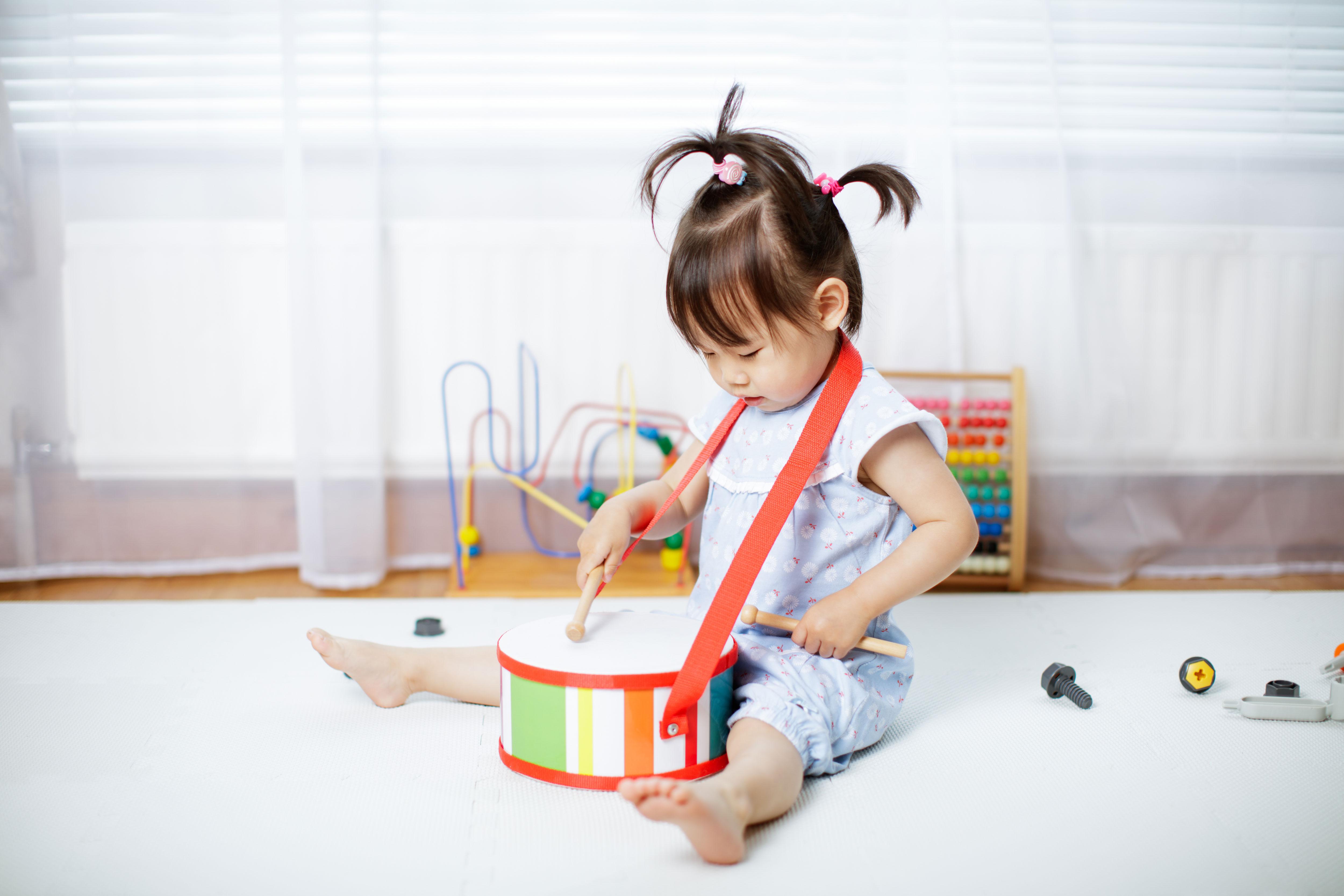Criança tocando bateria