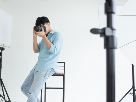¿Cómo sujetar correctamente una cámara reflex?【Curso Fotografía Básica】