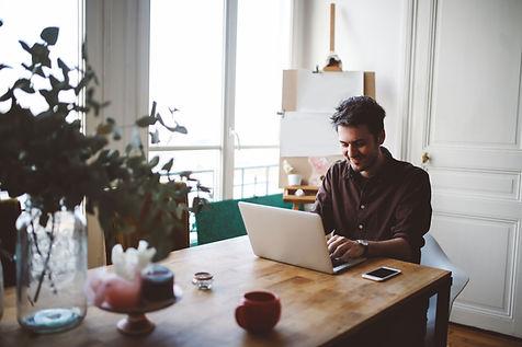Homme sur son ordinateur portable