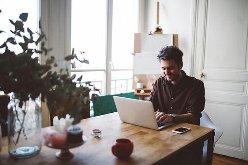 Mann auf Laptop