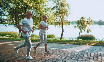 Casal correndo na lagoa