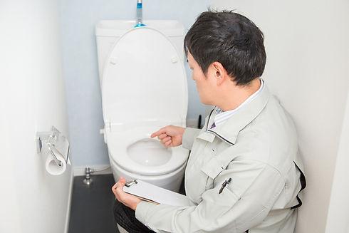 トイレを点検する男性