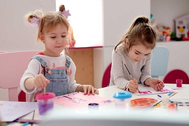 Filles en classe de peinture
